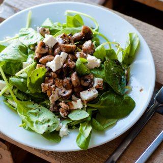 Veldslasalade met feta en gebakken champignons