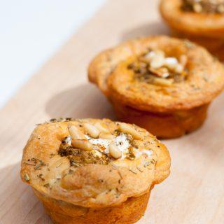 Croissantmuffins met hüttenkäse, rode pesto en spinazie