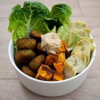 Snackbowl met falafel, zoete aardappel & hummus