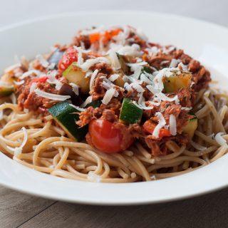 Spaghetti tonno met een pikante tomatensaus