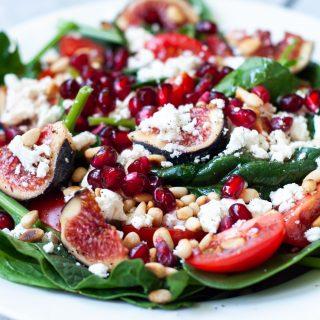 Frisse salade met spinazie, vijgen, feta en granaatappel