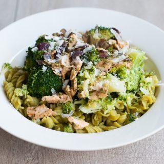 Erwtenpasta met broccoli en zalm-pesto saus