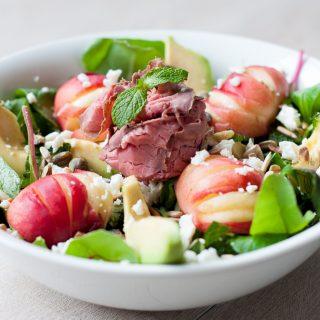 Salade met wilde perzik, avocado, feta en rosbief