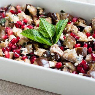 Salade met aubergine, feta en granaatappel