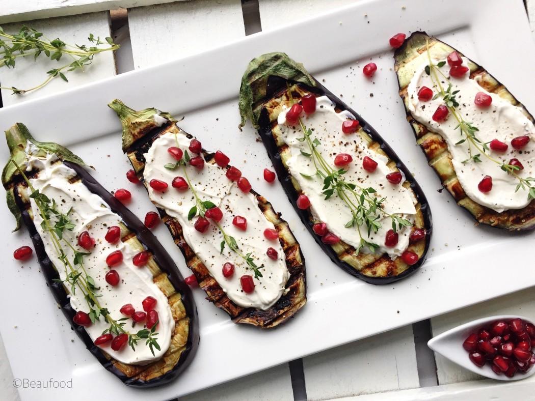 Gegrilde aubergines met zure room en granaatappelpitten