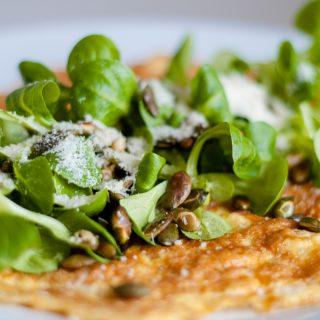 Hartige havermout omelet met veldsla en pompoenpitten