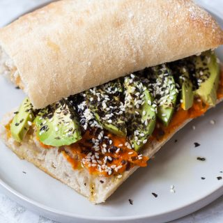 Ciabatta met wortel-gemberspread, avocado en zeewiervlokken