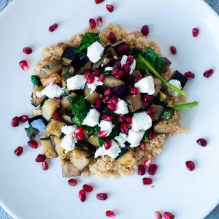 Quinoa met aubergine, granaatappel en verse kruiden