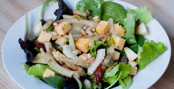 Salade met venkel, komijnekaas & pijnboompitjes
