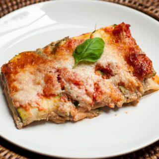 Vegetarische lasagne met een 'ricotta' van tofu, walnoten en basilicum