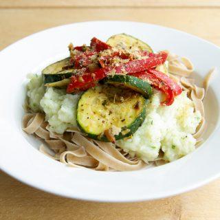 Pasta met bloemkoolsaus met gegrilde groenten