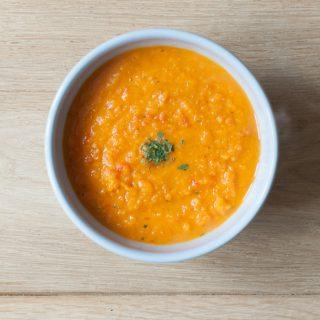 Zoete aardappelsoep met wortel
